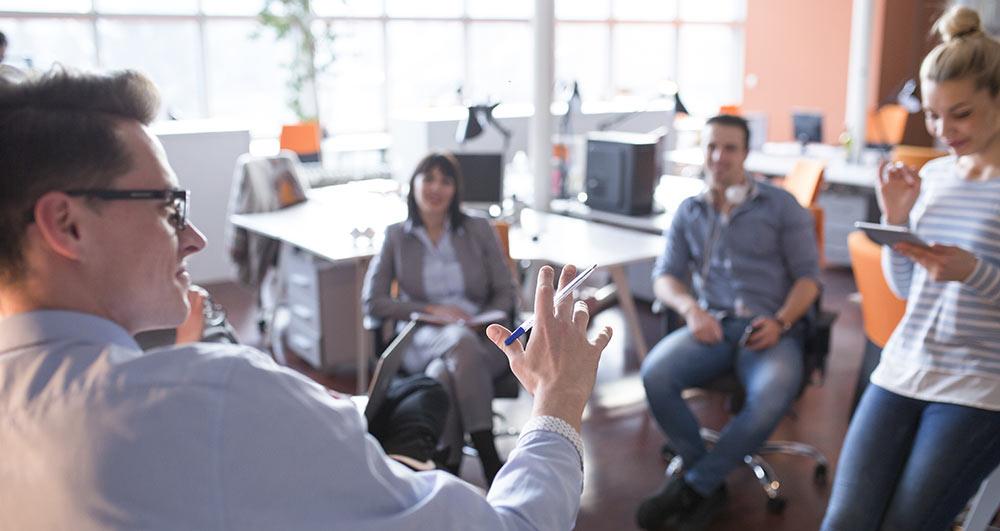 Goda ledaregenskaper och kommunikativa förmågor krävs.